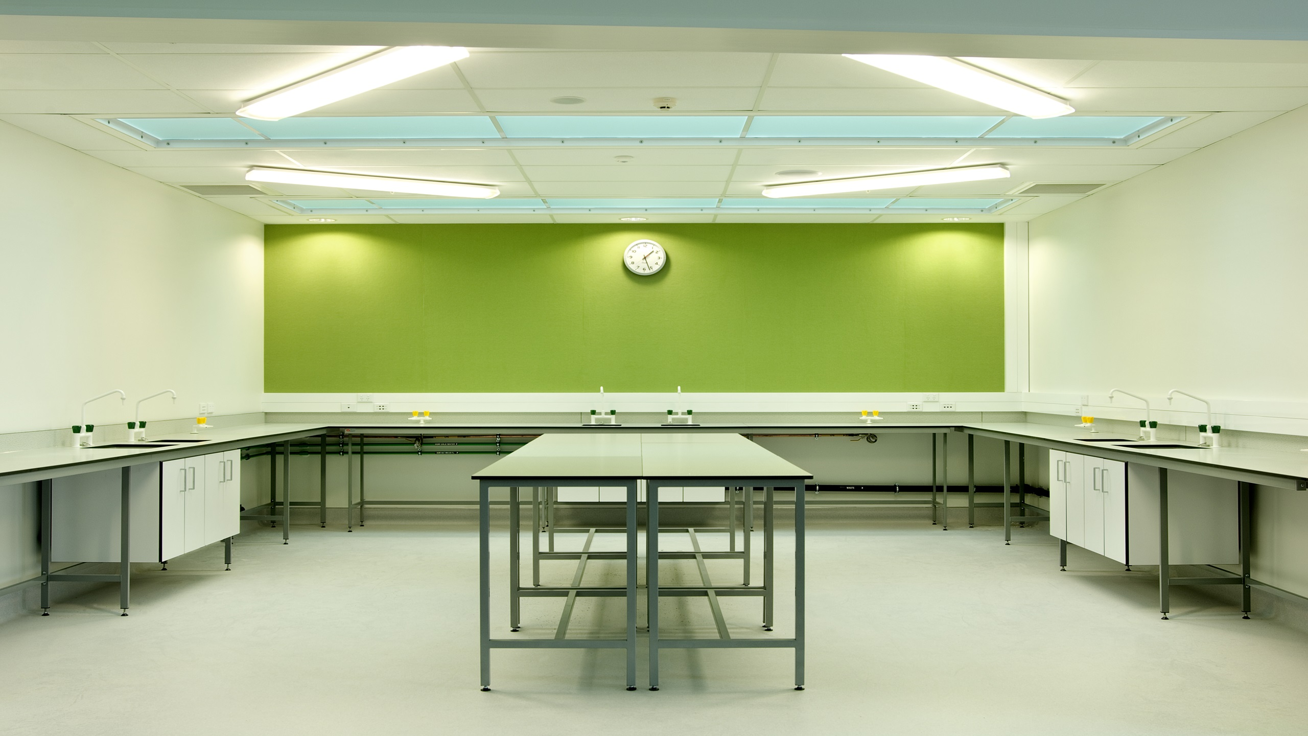 Hobsonville Point Intermediate science room showing Premier Pinboard in green installed on the wall